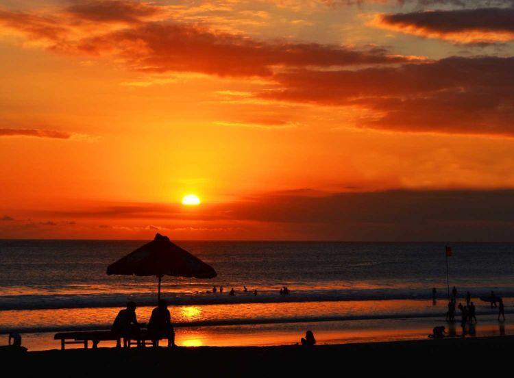 sunset di pantai Kuta memang nggak ada duanya