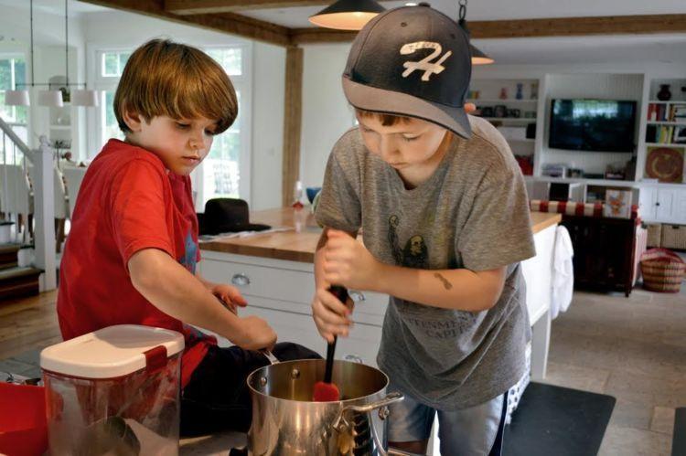 Dari kecil bahkan udah belajar masak sendiri.