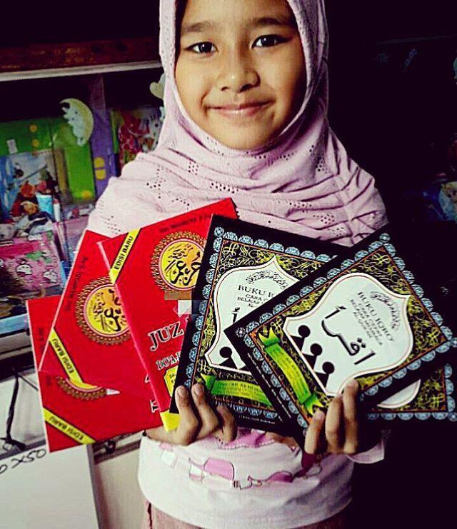 Naya membelikan hasil jualan pertamananya iqro dan Al Quran untuk sedekah
