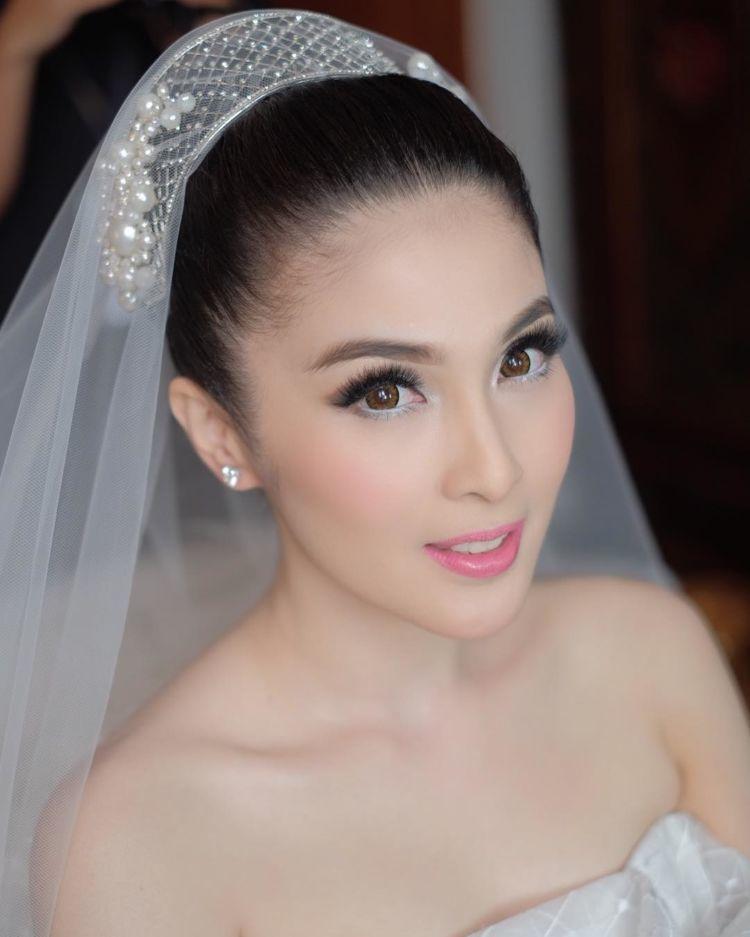 12 Foto Eksklusif Pernikahan Serba Putih Sandra Dewi