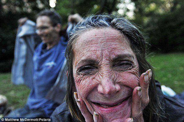 Tersenyum meski sudah jatuh ke lubang kemiskinan