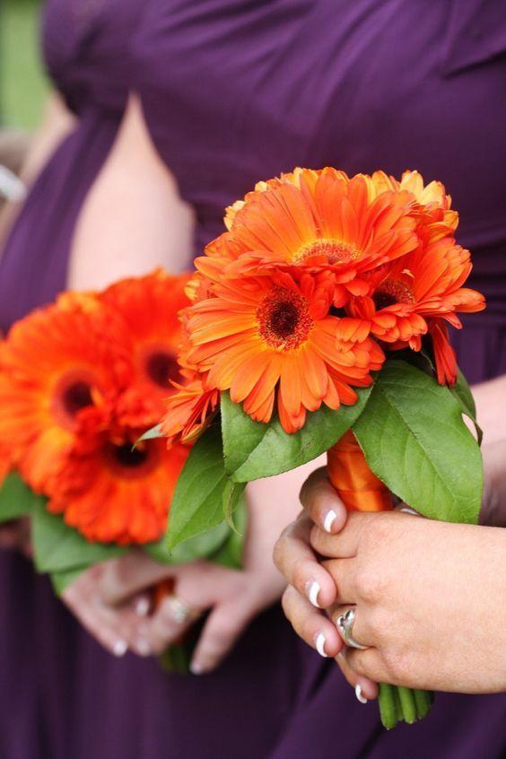 bridesmaid membawa buket daisy oranye