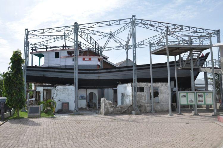 Boat on the roof, kapal nelayan 'nangkring' di atas rumah