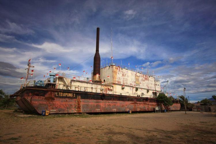 PLTD Apung I, kapal pembangkit listrik yang kini terdampar menjadi destinasi wisata