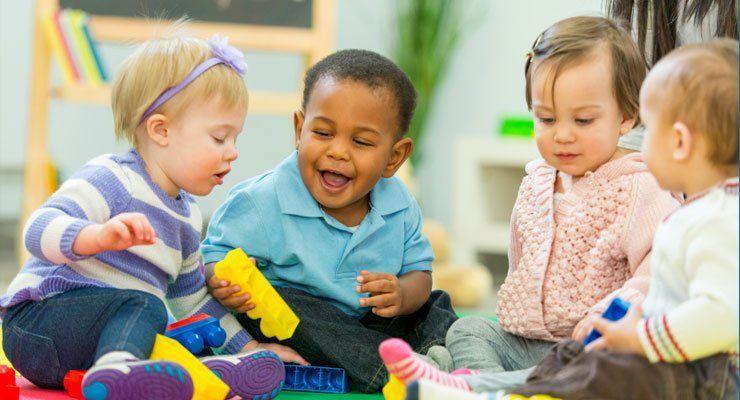 Anakmu bakal terbiasa bergaul dengan anak-anak lainnya di daycare.