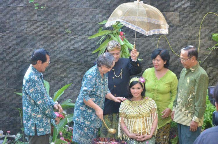 mitoni bersama kedua tetua keluarga