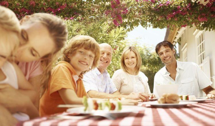 Meski punya keluarga masing-masing, tetap bisa menjaga orangtua