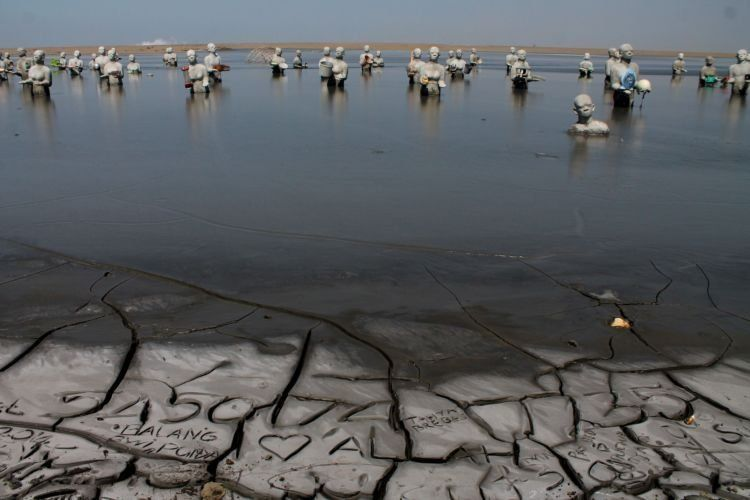 Patung-patung orang monumen bencana lumpur lapindo