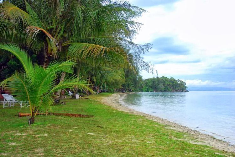 Pulau Sarinah yang cantik ini berasal dari endapan lumpur
