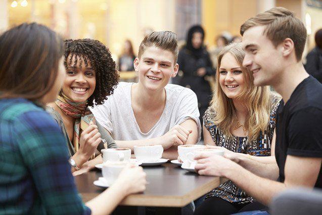 Bujetkan juga kebutuhan sosial, seperti nongkrong di kafe bareng teman.