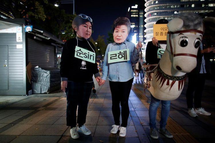 Aksi pengunjuk rasa yang mengolok-olok hubungan Presiden Park Geun-Hye dan Choi Soon Shil