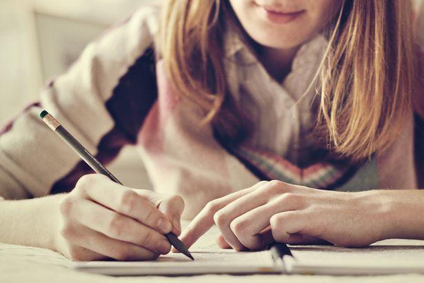 Tulis cerita perjalanan karirmu dengan formula past, present, future.