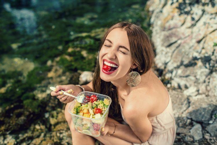 makan salad sayuran