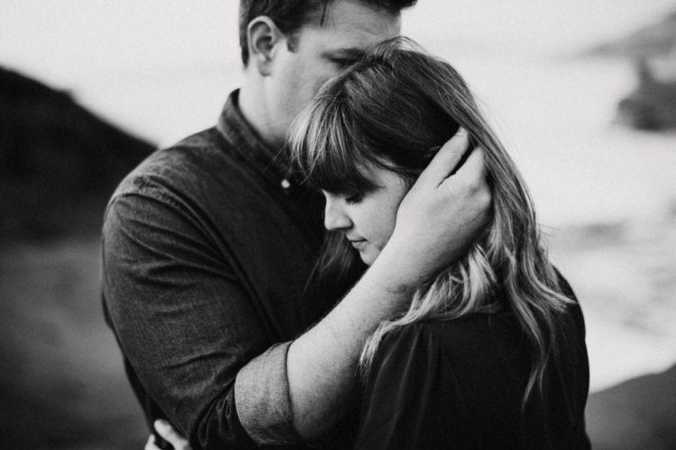 Mengusap kepala, hatinya berantakan tapi senang nggak karuan