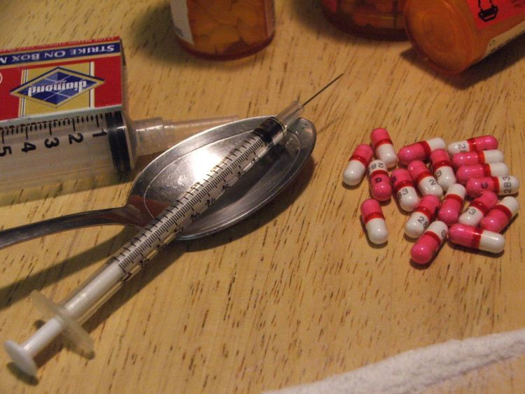 obat-obatan bekas termasuk alat suntik