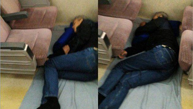 Ganjar nampak pulas tertidur di lantai kereta.