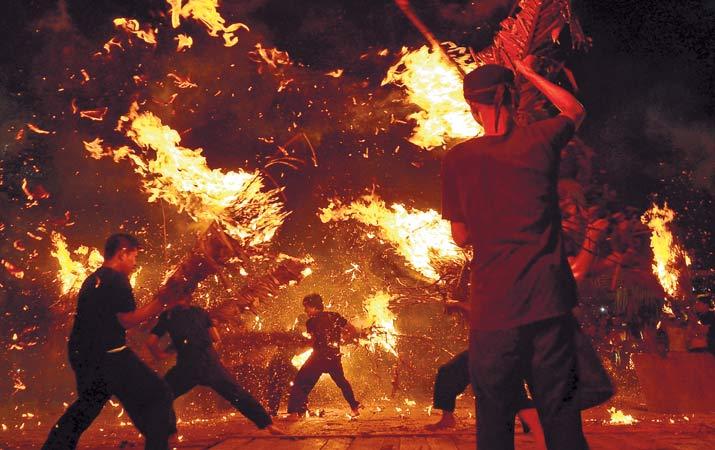 Percikan apinya semakin memeriahkan suasana