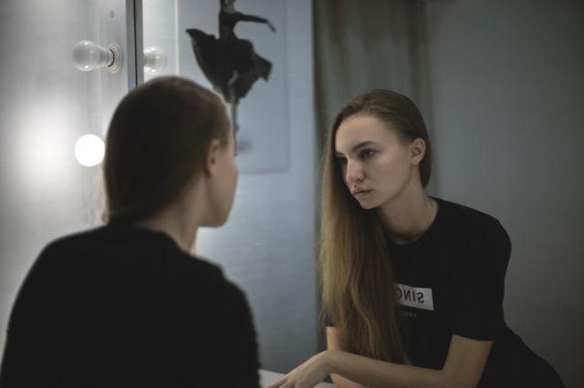 Berbicara di depan cermin