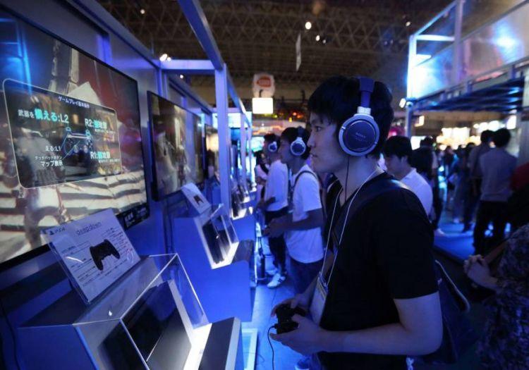 Muda-mudi Jepang sangat addict dengan game.