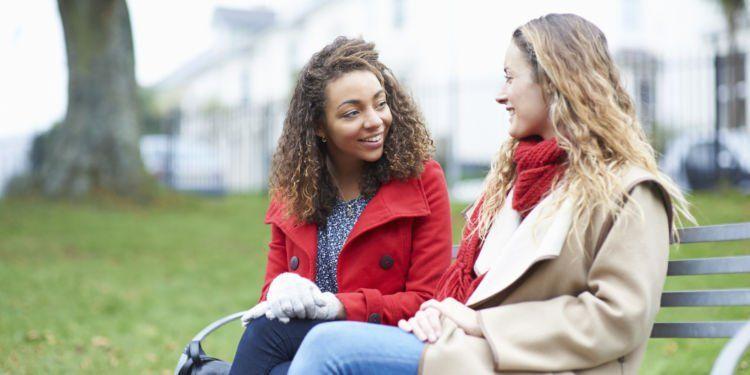 Kamu bisa latihan wawancara dengan teman.