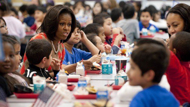 Michelle Obama menggalakan kampanye makan siang sehat di sekolah-sekolah.