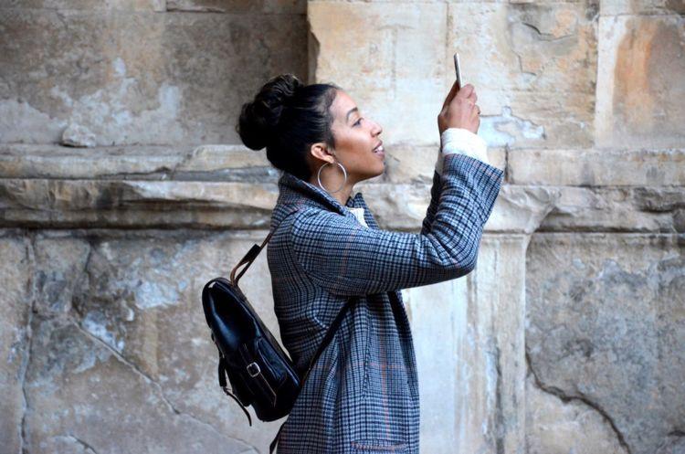Dijalan aja nggak bisa lepas dari ponsel