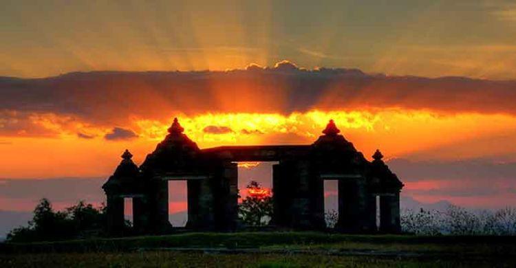 kamu akan terpukau dengan sunset di Ratu Boko