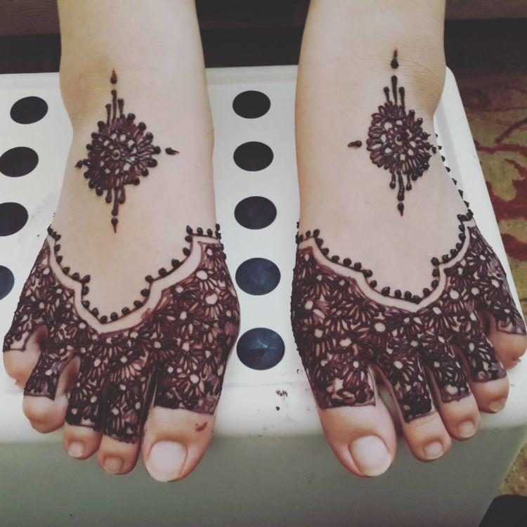 13 Inspirasi Henna Kaki Yang Menawan Hati Demi Sucinya