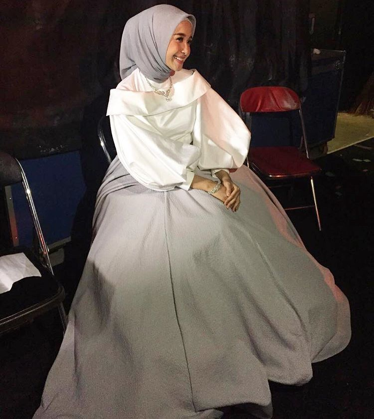 gaun putih dengan dalaman warna senada