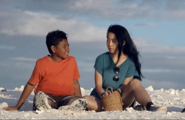 Ketika tengah berlibur di Pulau Seram, Saras bertemu dengan Salawaku.