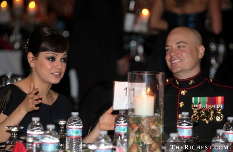 Sgt. Scott Moore beruntung banget bisa ditemani oleh Mila Kunis di acara Marine Corps Ball.
