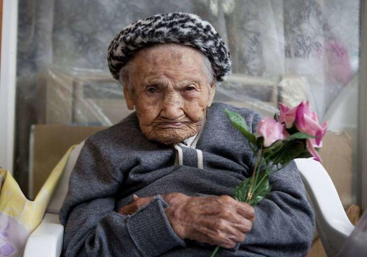 anak memberikan bunga kepada ibunya di meksiko