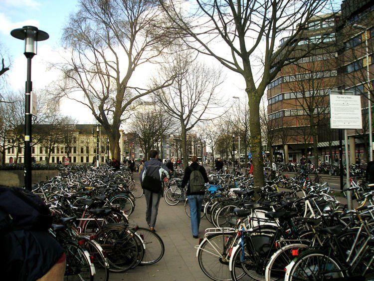 sekolah ke Belanda, biar ke mana-mana bisa naik sepeda