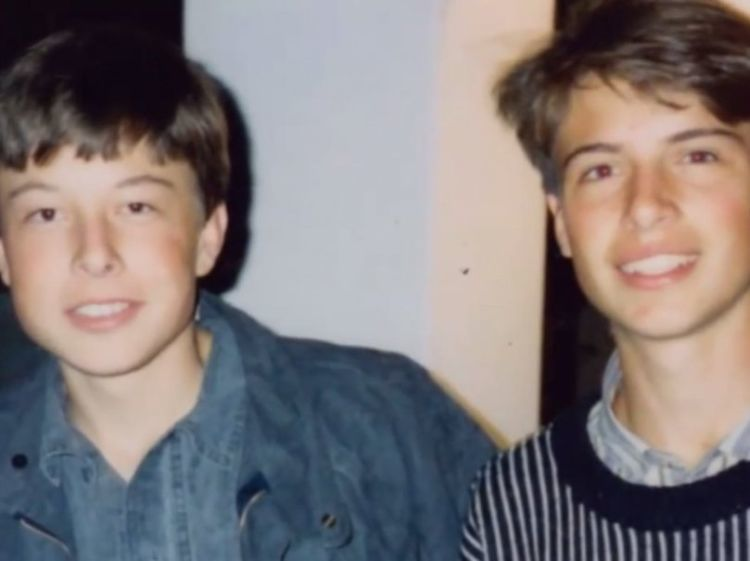 Elon Musk anak-anak (sebelah kiri).