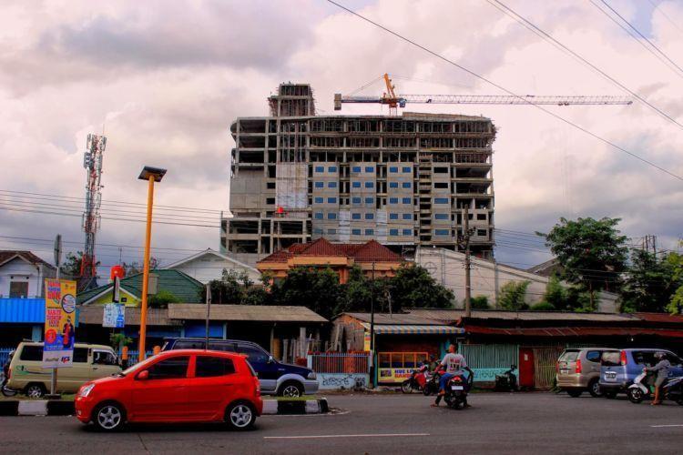 lihat kemana-mana yang nampak hotel tinggiiii