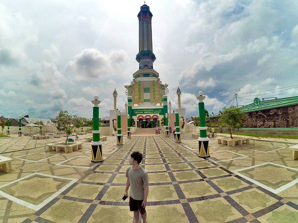 Rupa Menara Gentala Arasy dari halaman depan.