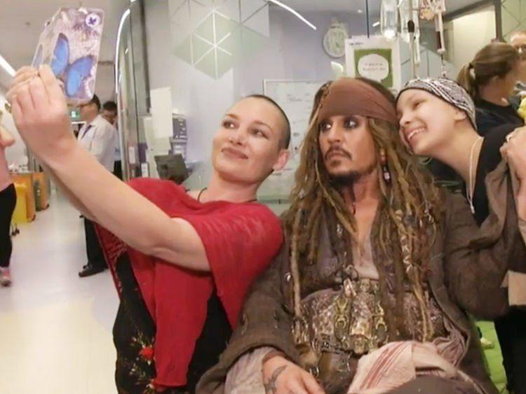 Johny Depp memakai kostum Jack Sparow