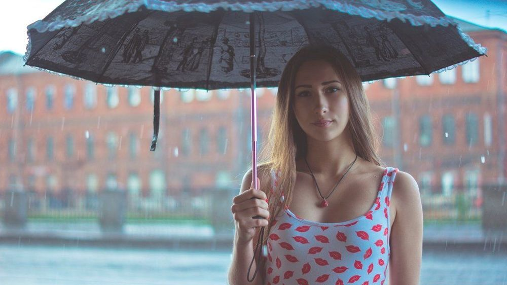 Payungnya made in Cina nggak tuh?