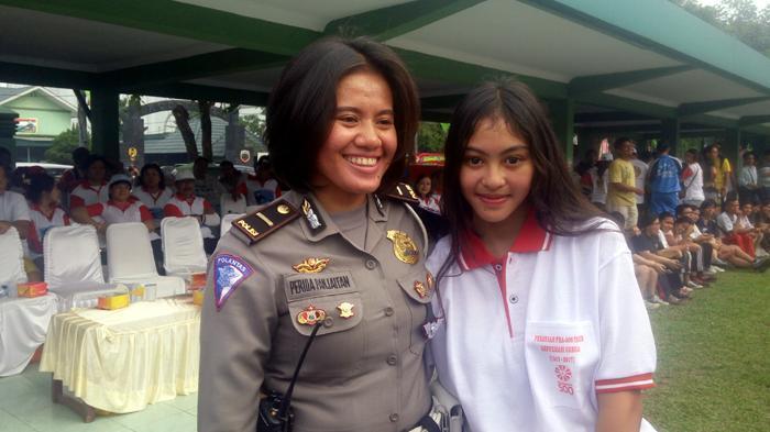 Sonya bersama polisi wanita yang dimarahinya