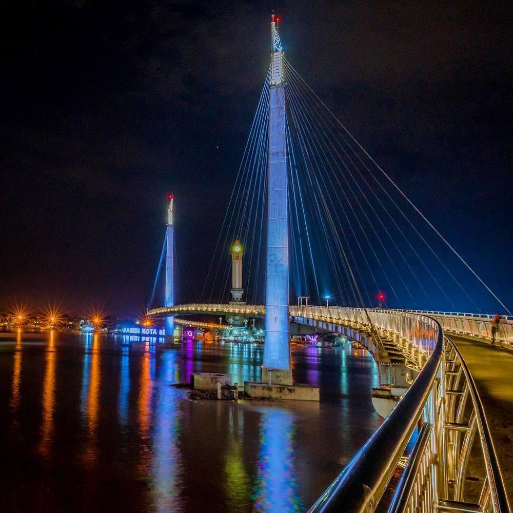 Jembatan menuju Menara Gentala Arasy di kala malam.