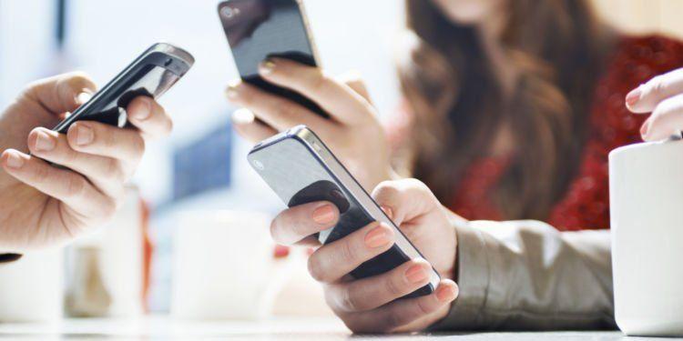 Kebanyakan memesan via handphone.