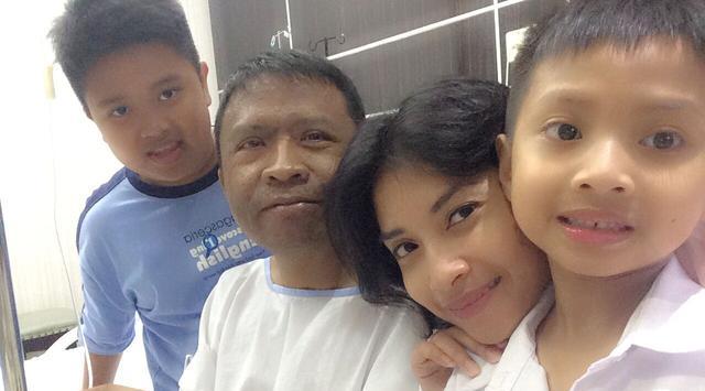 Oon bersama istri dan dua anaknya