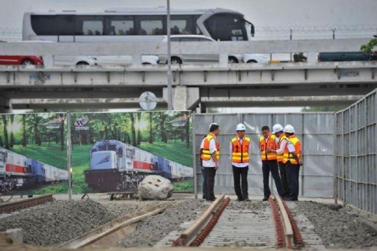 Jokowi meninjau proyek kereta bandara
