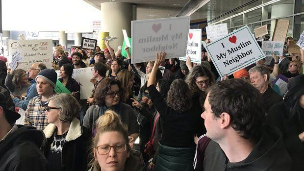 Langsung menyulut protes besar-besaran di airport seluruh Amerika