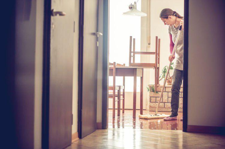 mengepel rumah dikritik kurang bersih