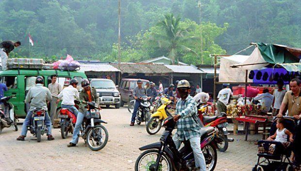 banyak warga yang menjual hasil bumi ke Malaysia