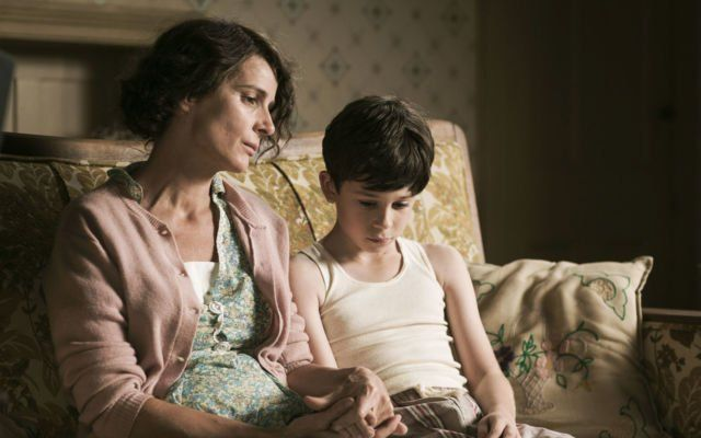 Desmond Doss semasa kecil bersama ibunya. Dalam scene ini ditunjukkan awal mula dia berprinsip tidak mau membunuh ornag lain