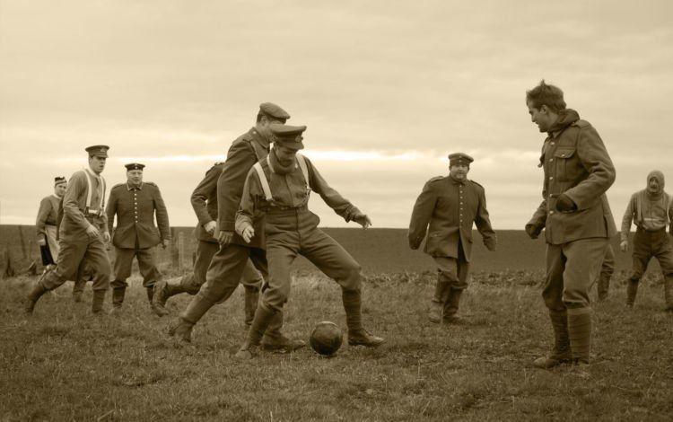 Pertandingan bola ini mendamaikan Inggris dan Jerman. Yah, walau sementara...