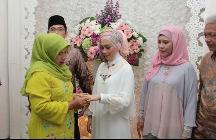 pemasangan cincin oleh calon ibu mertua