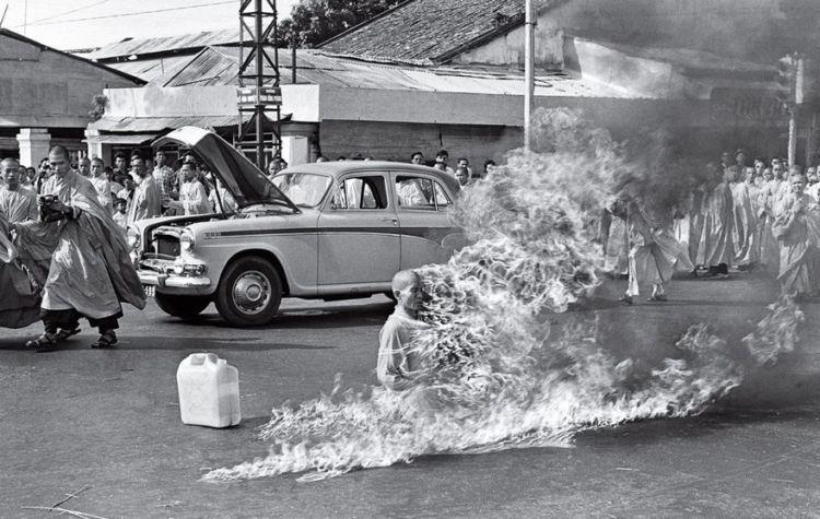 biksu bakar diri